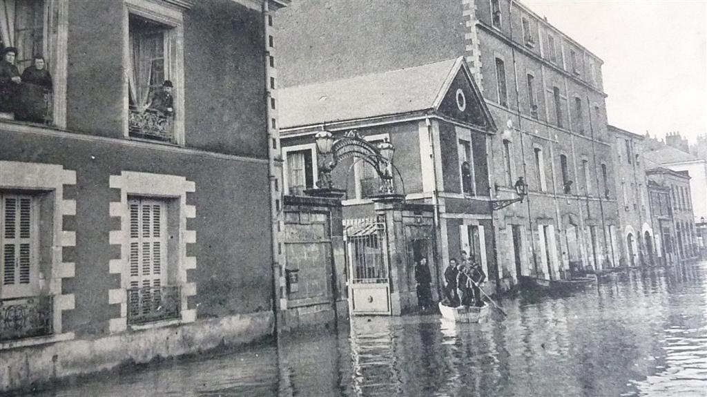 Reconnaissez-vous cette rue de #Nantes ?  ➤  http:// defigrandesecoles.lexpress.fr/nantes-2016/20 17/03/09/top-7-lhistoire-de-nantes-vue-par-ses-rues/ &nbsp; …  #rue #architecture<br>http://pic.twitter.com/wjg6beRbaj