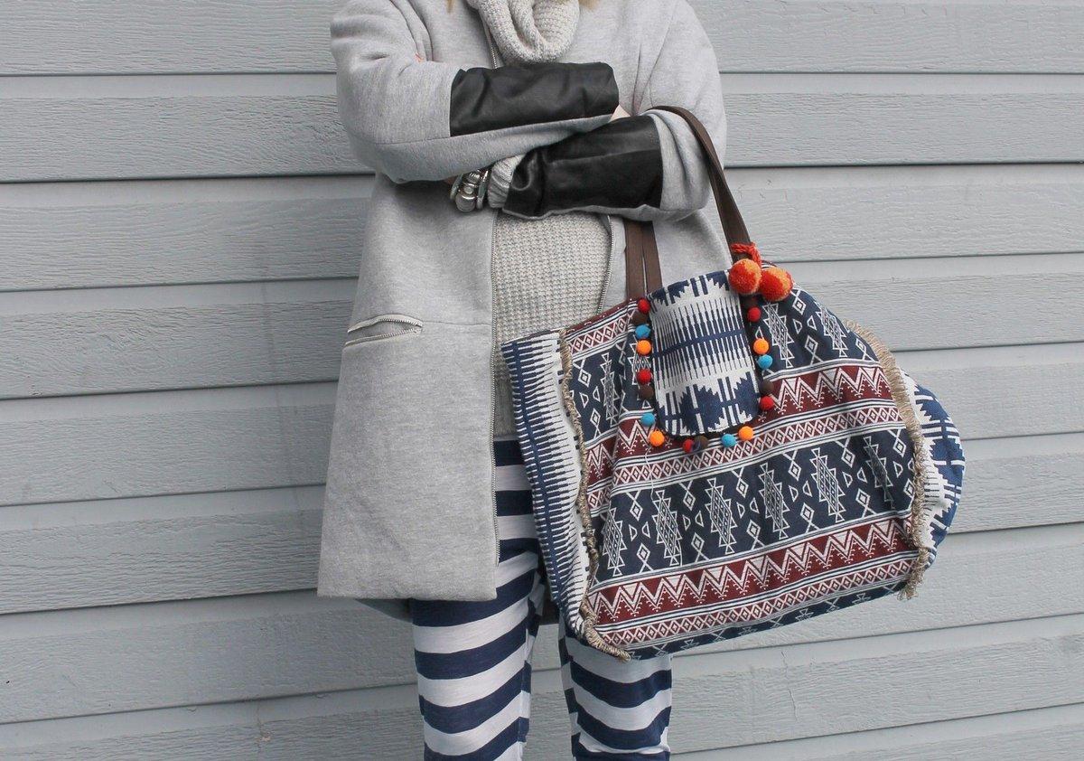 On ne vous le dira jamais assez, on fait des affaires en #Soldes chez #babou : ce #sac à #pompons à 7€ @initialscb  http:// buff.ly/2mURqTC  &nbsp;  <br>http://pic.twitter.com/7m26ay4wpP