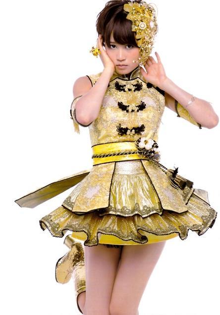 金色の衣装の前田敦子