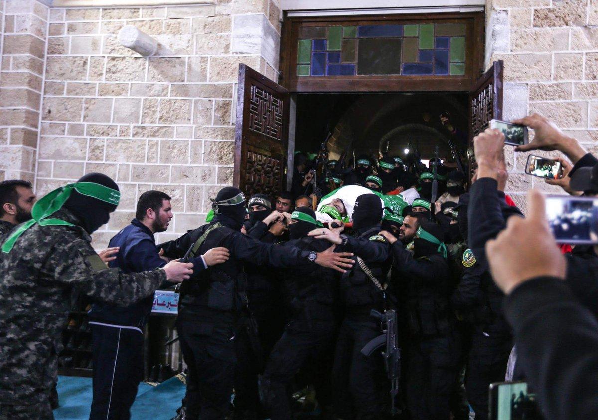 آلاف الفلسطينيين في قطاع #غزة يشيعيون جثمان #مازن_فقهاء