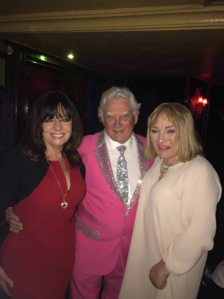 Dad with the gorgeous @vickimichelle & @kelliefmaloney @DIVAmagazine awards xx https://t.co/YDIhbZxEZt