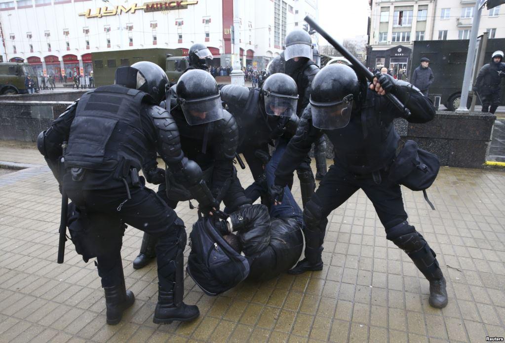 День Воли в Беларуси: известно о 58 задержанных в Минске. Центр города заполнен ОМОНом и автозаками - Цензор.НЕТ 1501
