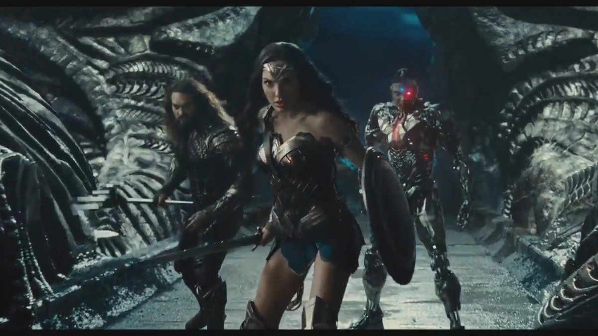 New trailer for the #JusticeLeague is here!!! https://t.co/0hMBWeSkws