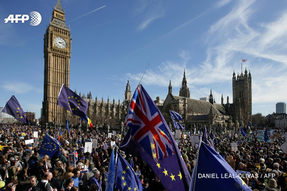 Tens of thousands march in London against looming Brexit https://t.co/...
