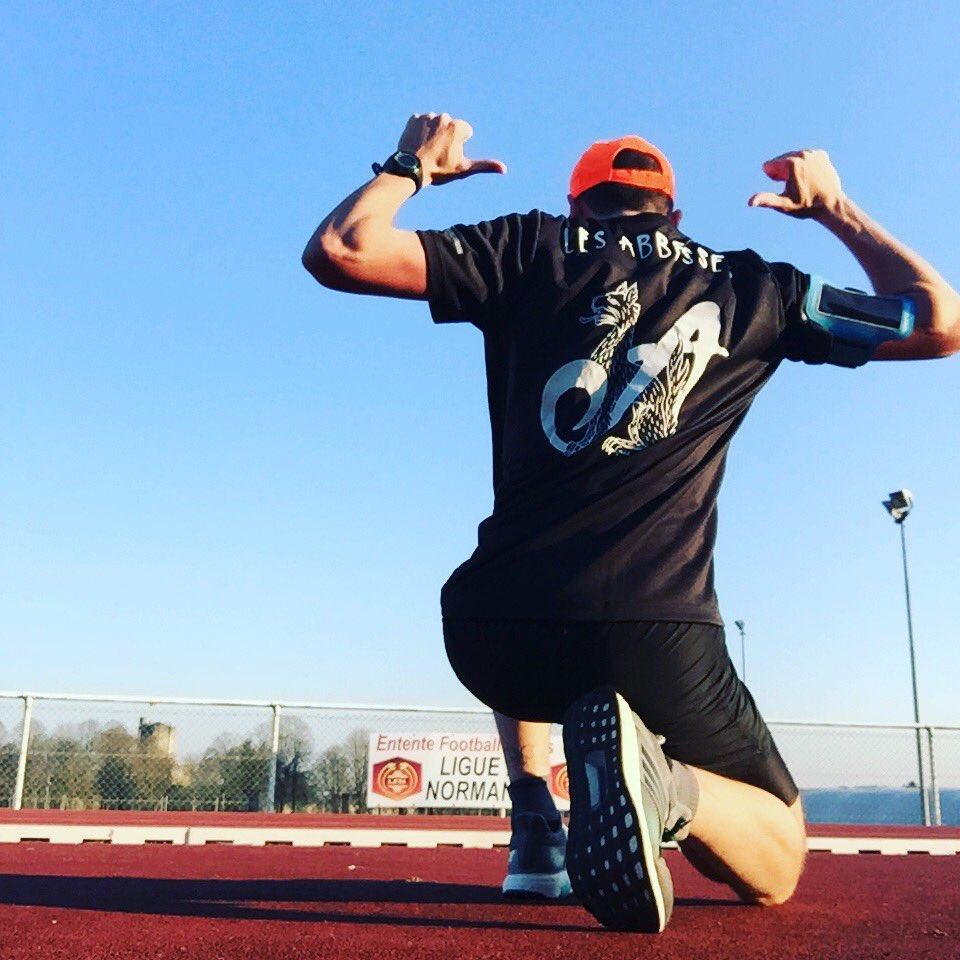 Séance de fractionné sur piste avant une sortie de 2h demain. Préparation marathon à la maison ! #WhyIRunLesAbbesses #marathon #gisors<br>http://pic.twitter.com/DoZW4XLY4z