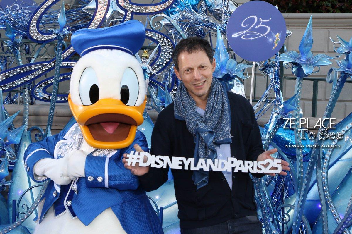 L&#39;animateur Marc-Olivier Fogiel célèbre les 25 ans de Disneyland Paris. #DisneylandParis25 #Disneyland #Donald @DLPpressnews<br>http://pic.twitter.com/JFRhMG9fji