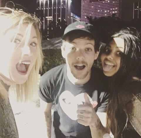 #NEW | Louis avec des fans la nuit dernière.   24/03/17 © https:// Instagram.com/p/BSEdOg4FxfY/  &nbsp;  <br>http://pic.twitter.com/lUk5sen90j