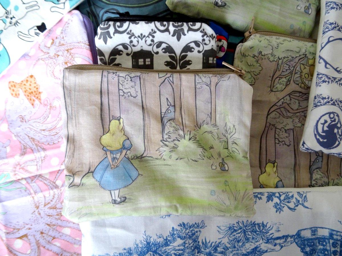 Petite trousse crossover Alice et Totoro.  https://www. alittlemarket.com/porte-monnaie- portefeuilles/fr_trousse_porte_monnaie_alice_et_totoro_-20380943.html &nbsp; …  #Totoro #Wonderland #Alice<br>http://pic.twitter.com/XIjv1lH64y