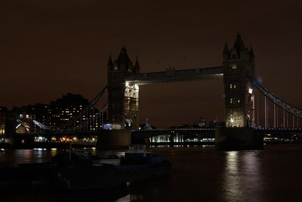 Lights all across the country, including those of Tower Bridge, are being switched off as we take part in #EarthHour https://t.co/q1fYAfKpn7