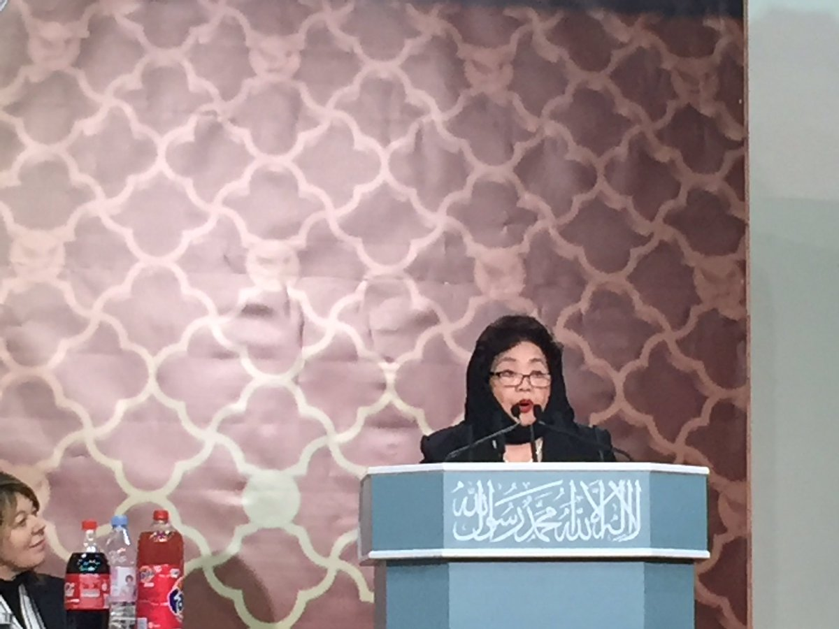 Well deserved! Canadian Setsuko Thurlow receives the @AhmadiyyaUK Musl...