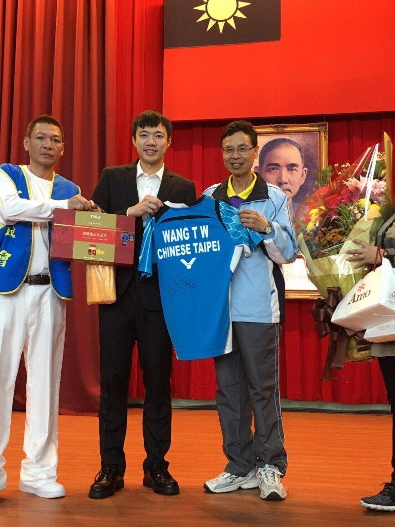 "IG Badminton Now on Twitter ""Wang Tzu Wei mengunjungi sekolahnya"