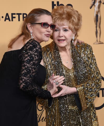 #Carrie #Fisher and #Debbie #Reynolds #Honored in #Touching #Public #Memorial  http:// bit.ly/2n5zkhG  &nbsp;  <br>http://pic.twitter.com/qMWOqqTvCI