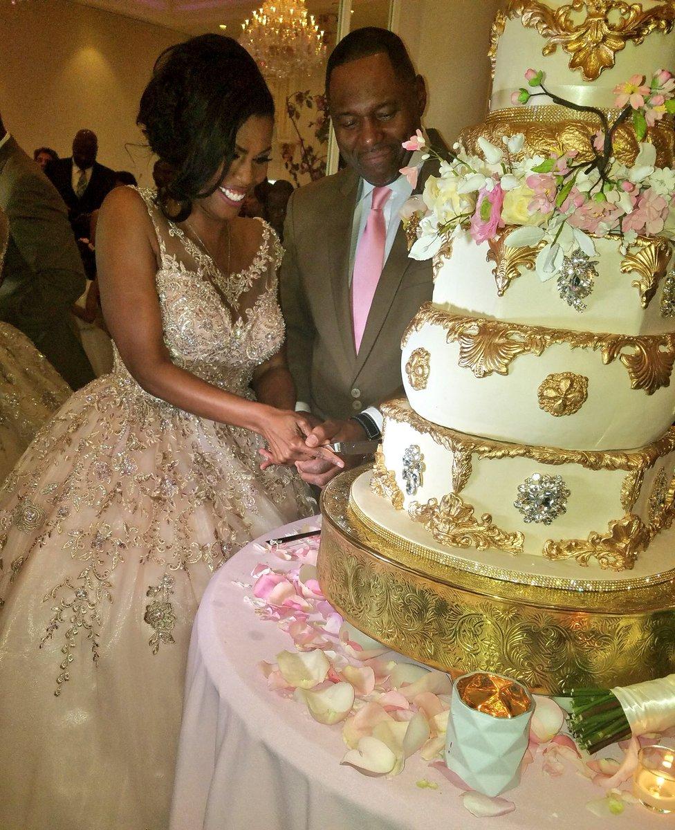 Omarosa Wedding Dress.Omarosa On Twitter My Wedding Cake Was Divine Thanks