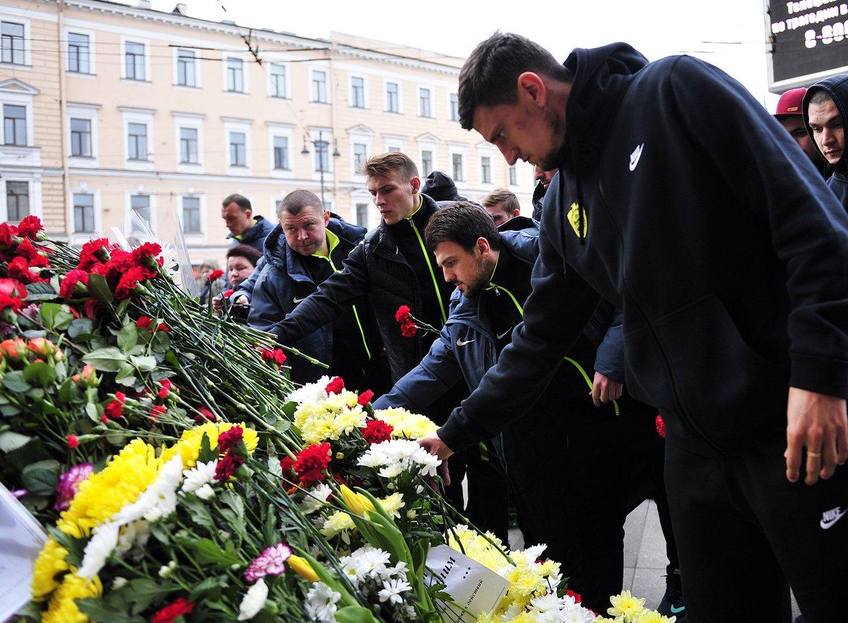 """""""Анжи"""" возложил цветы на мемориале памяти жертв теракта в Санкт-Петербурге"""