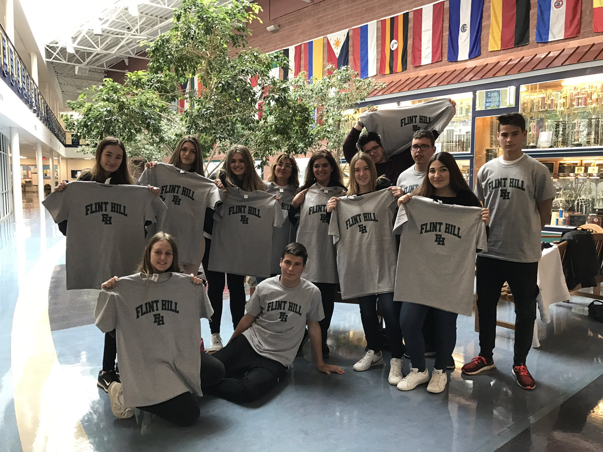 ¡Todos somos Huskies! Exchange students show off their Husky shirts! #myflinthill https://t.co/964ViYZTpp