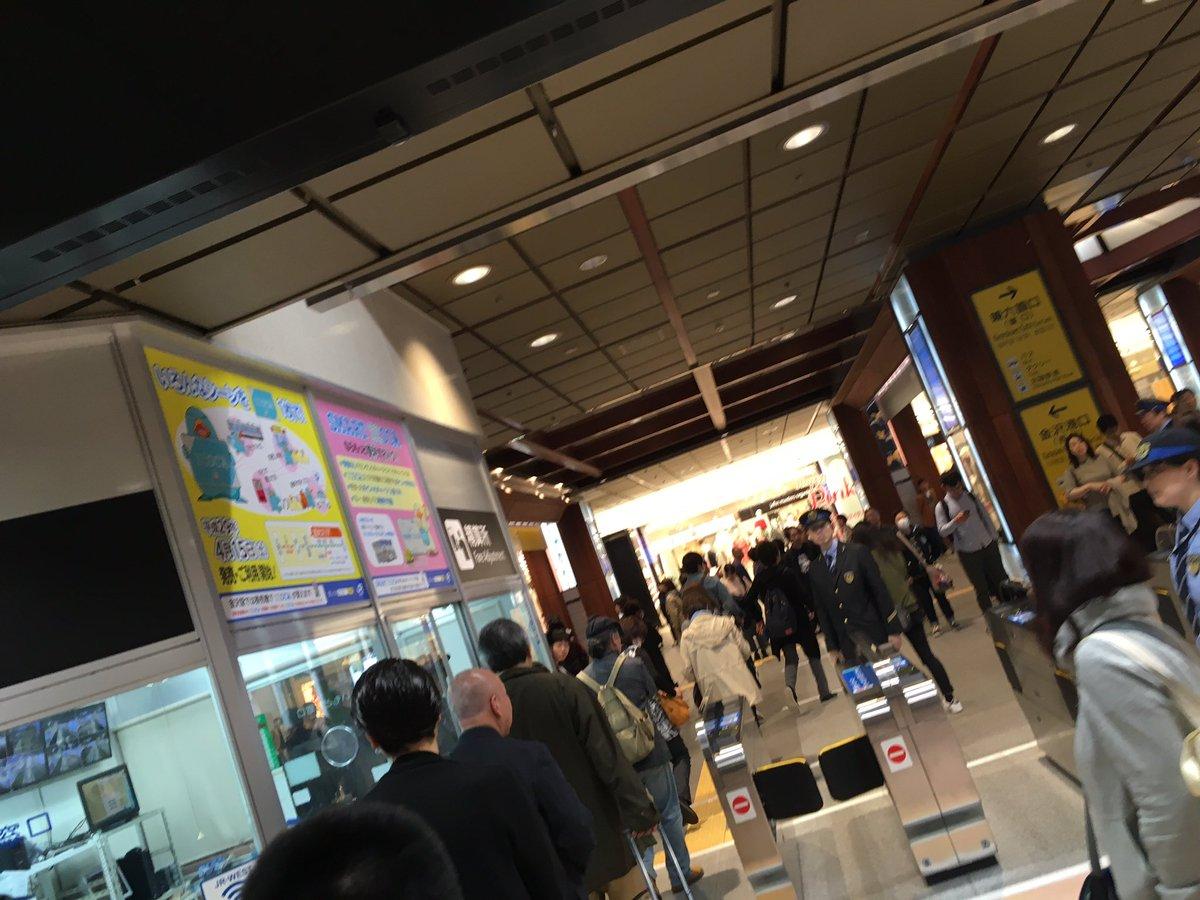 【悲報】金沢駅、今月から自動改札が導入されるも、地元民使い方が分からず有人改札に行列。