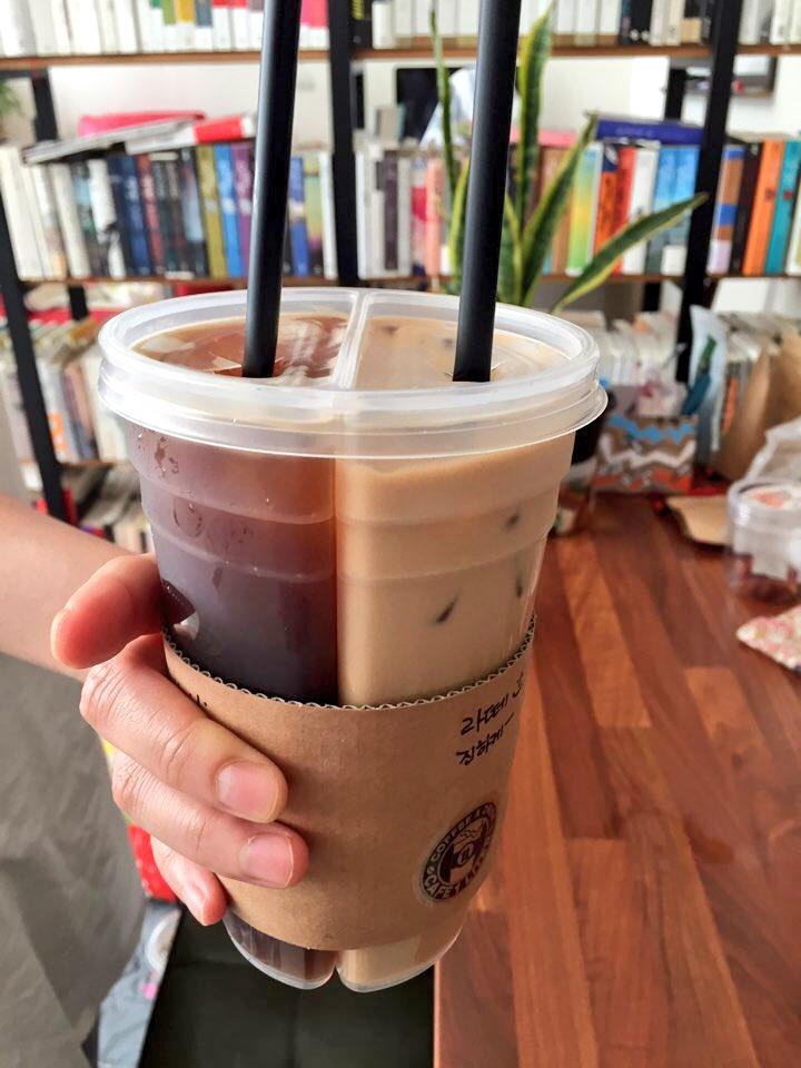 이것은 커피업계의 혁명이다...!! 아메리카노와 카페라떼 사이에서 늘 고민하는 나와 같은 사람에게 이것은 짬짜면을 뛰어넘는 혁신.