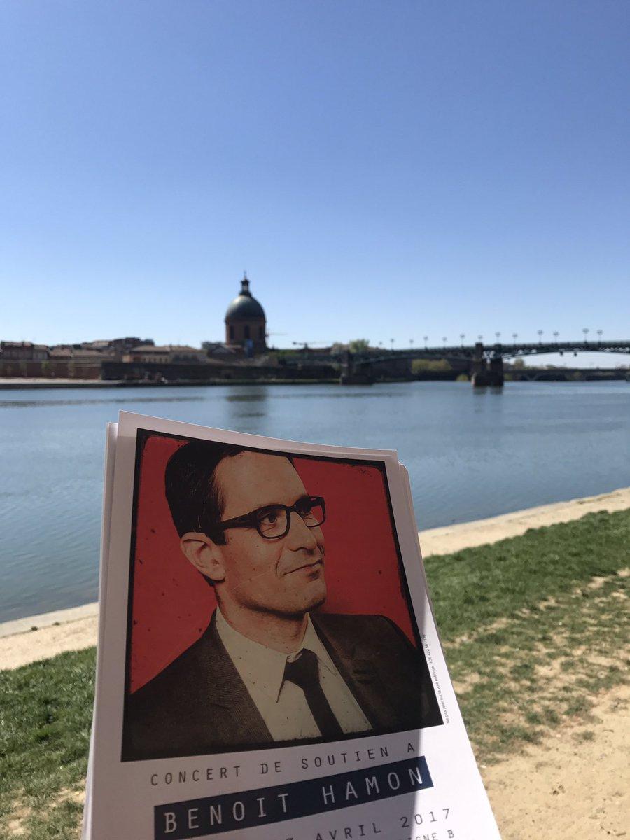 Sur les berges de la Garonne pour distribuer pour #BenoitHamon2017 , faire battre le ❤ de #Toulouse