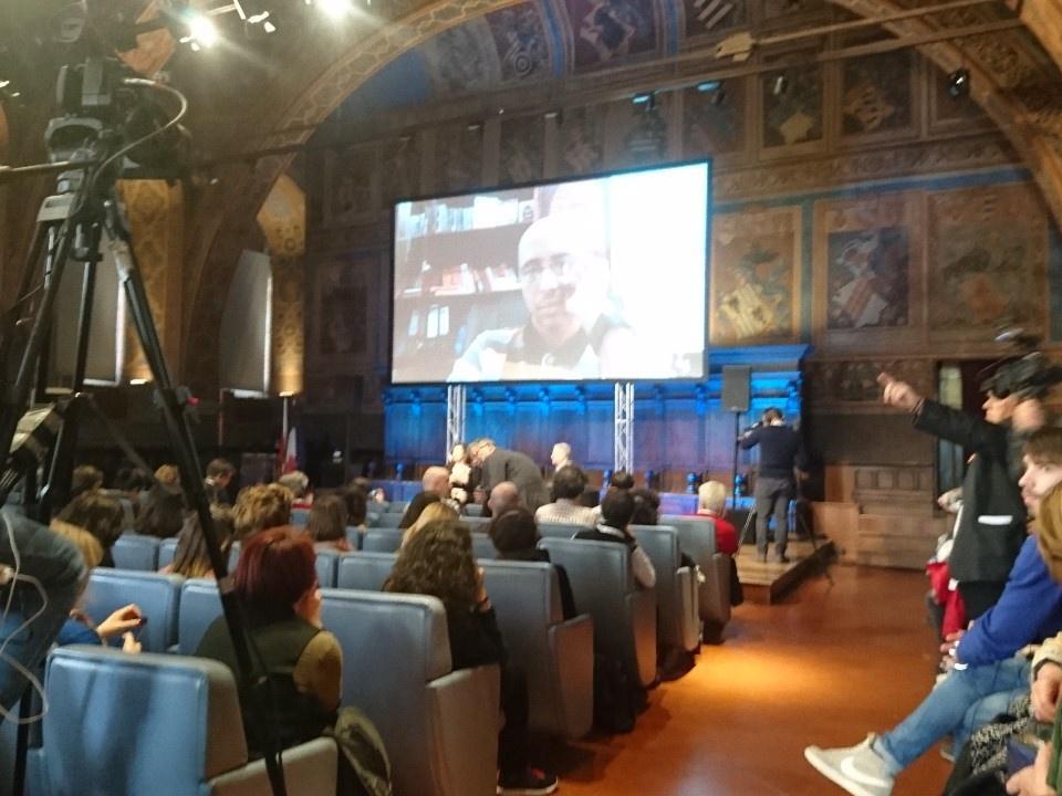 #ijf17 Une demi-heure de retard à cause des fouilles à l'entrée de la salle mais la conférence sur #guantanamo va débuter. https://t.co/vjKqN9LCiS