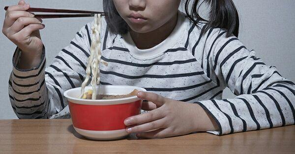 カップ麺を食べる子供画像