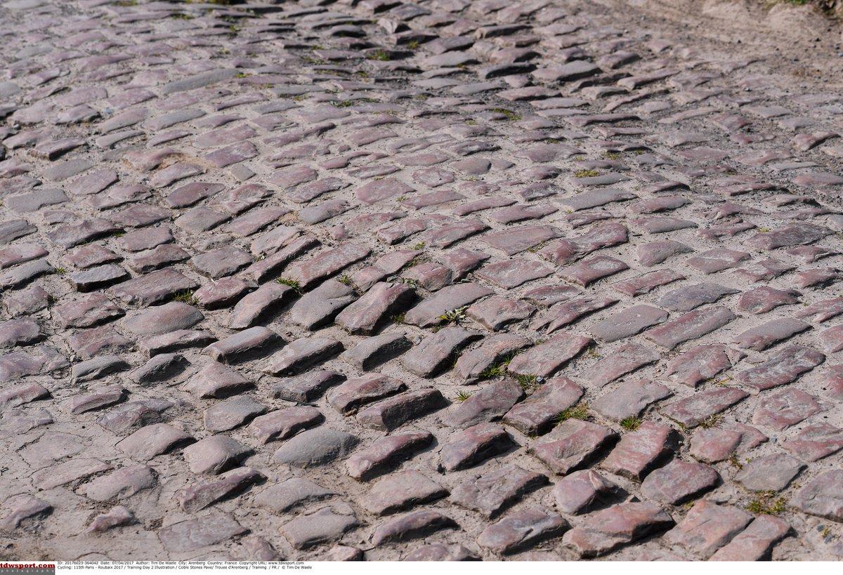 選手たちはこんな石畳を走ってます。  ロードバイクで・・・ https://t.co/Bfj0JYTRW6
