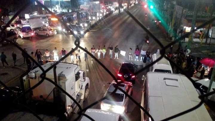 Bloquearon en #Ecatepec la #LópezPortillo por falta de #agua  https:// edomex.quadratin.com.mx/bloquearon-eca tepec-la-lopez-portillo-falta-agua/ &nbsp; … <br>http://pic.twitter.com/dXAVNLoIxB