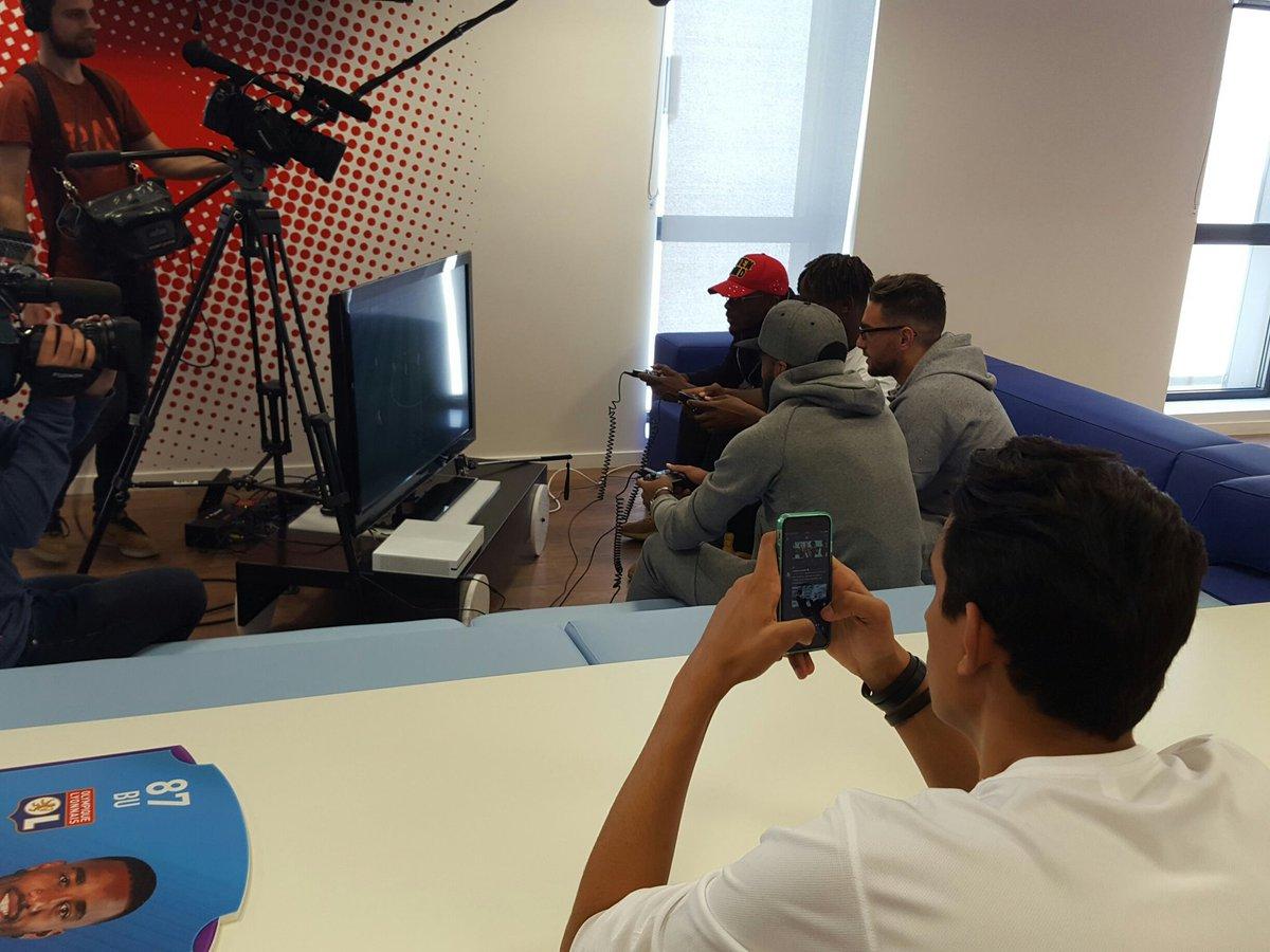 Petit tournoi pour @OL_Rafsou avec les joueurs de l @OL ! #teamOL <br>http://pic.twitter.com/LwMs9HJ6z2