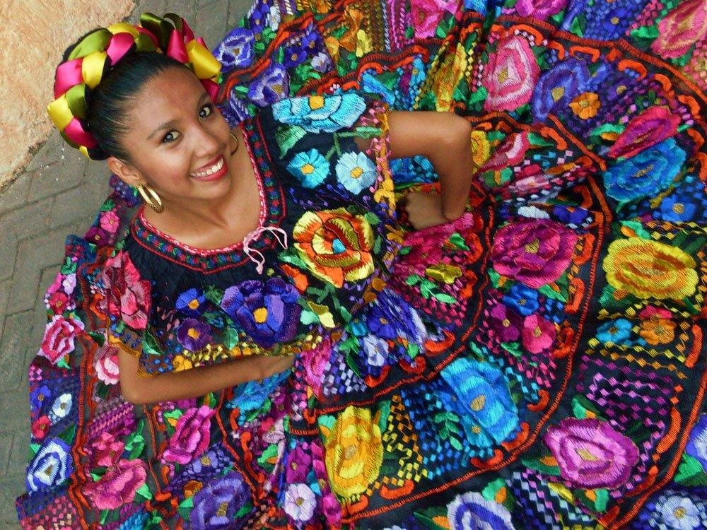 Colorful dancer in Mexico City. #CDMX #MexicoDF #bailar #beautiful #ropa<br>http://pic.twitter.com/Z4MTIg2qAQ