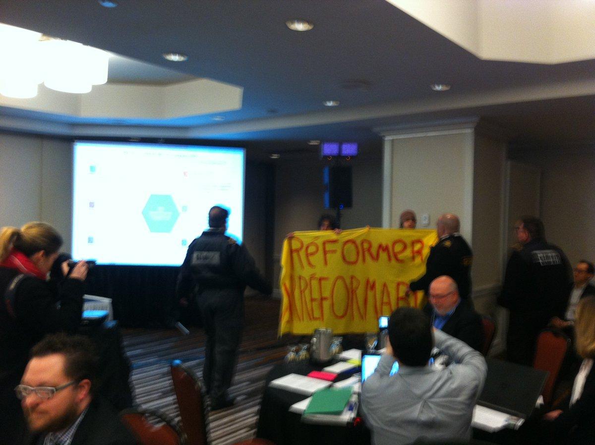 Début ds consultations sur réforme de l&#39;#ONÉ. Citoyens lancent messages clairs: &quot;L&#39;ONÉ nous rit au nez&quot; &amp; &quot;Réformer l&#39;irréformable&quot; #polcan <br>http://pic.twitter.com/uKX8d5j1hD