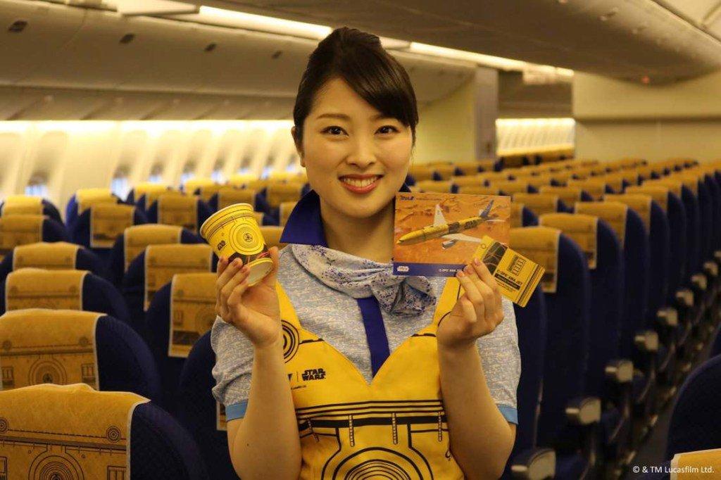 #StarWars : la compagnie aérienne japonaise #ANA dévoile un nouvel avion C-3PO !  http:// geekirc.me/2017/03/28/sta r-wars-la-compagnie-aerienne-japonaise-ana-devoile-un-nouvel-avion-c-3po/ &nbsp; … <br>http://pic.twitter.com/ZePpjwXMbZ