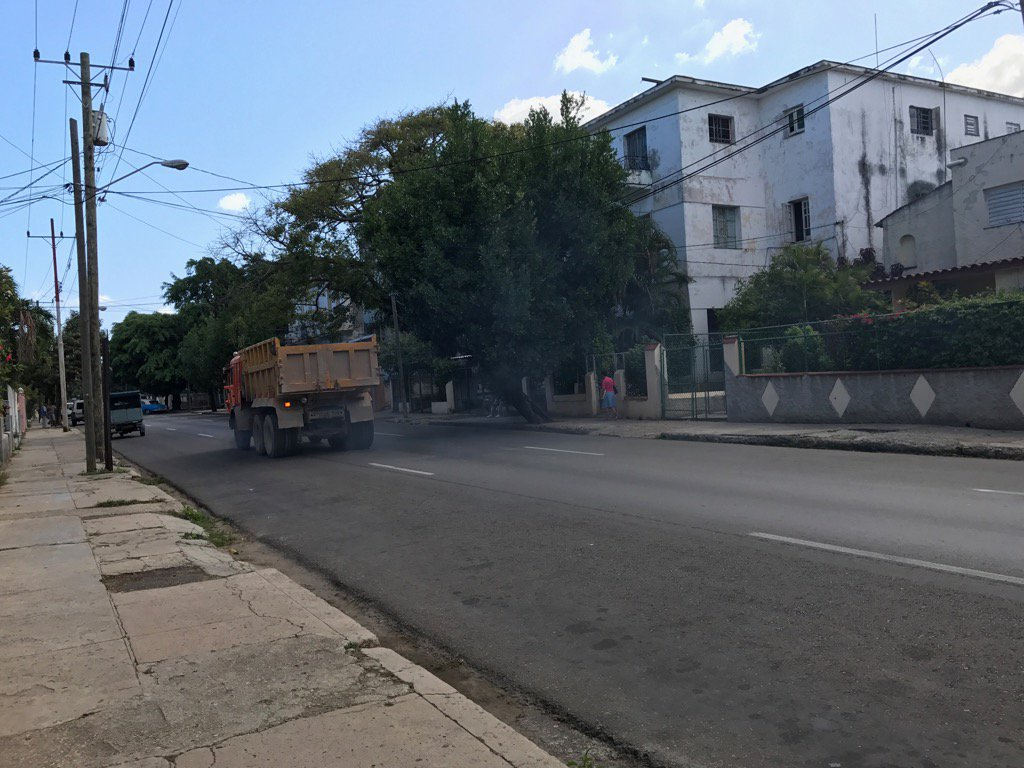 #climatechange #ClimateAction #cuba every car emits a plume. Trump should stand behind a truck<br>http://pic.twitter.com/ZvzpWp8IRU