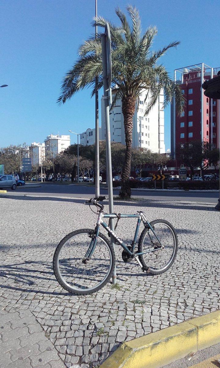 Et pourquoi pas.... Pas simple...quand même....         #Portugal #Quarteira #Algarve #Vélo #Insolite #Vida #Vie<br>http://pic.twitter.com/sW0DyLQNBV