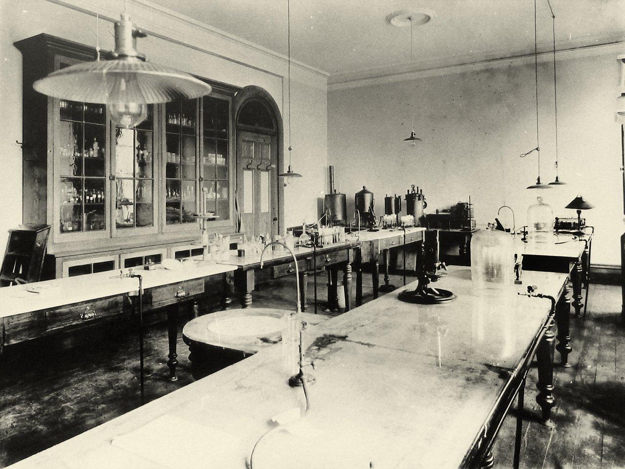"""1/3 Pour un dossier Histoire de la recherche, je cherchais une image """"phare"""". J'ai trouvé celle-ci. Un laboratoire """"bio"""" de 1914. https://t.co/jEWbNBqCZc"""