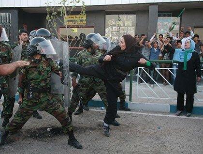 Voir cette femme courageuse Par conséquent,nous devons nous battre avec les forces de répression en #Iran comme lui #IranWomen #FreeIran <br>http://pic.twitter.com/i7XwSIs5SF