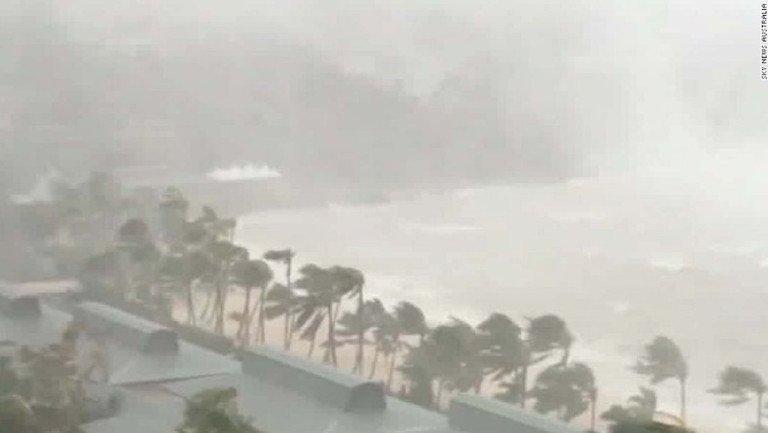 El monstruoso ciclón Debbie golpea la costa noreste de Australia https...