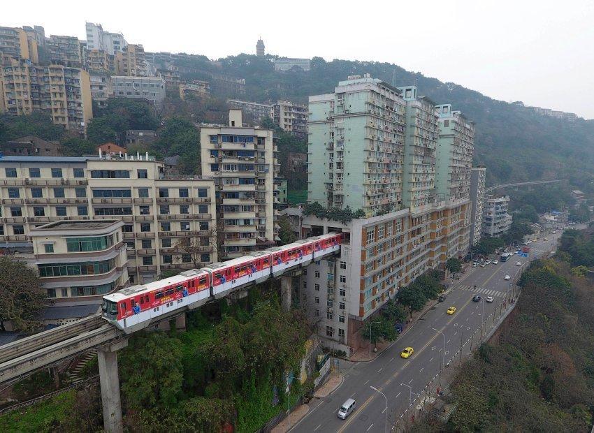 Quand il faut passer, alors on passe ! 1 idée pour #RATP ou #STIB ? #Chine je ne sais pas où... #insolite #rail #transport #monorail #Paris<br>http://pic.twitter.com/LEBTwSevYA