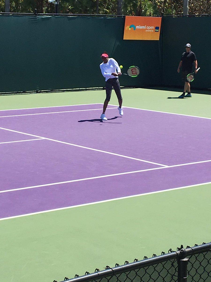 .@Venuseswilliams looking sharp in practice.  Plays World No.1 Kerber...