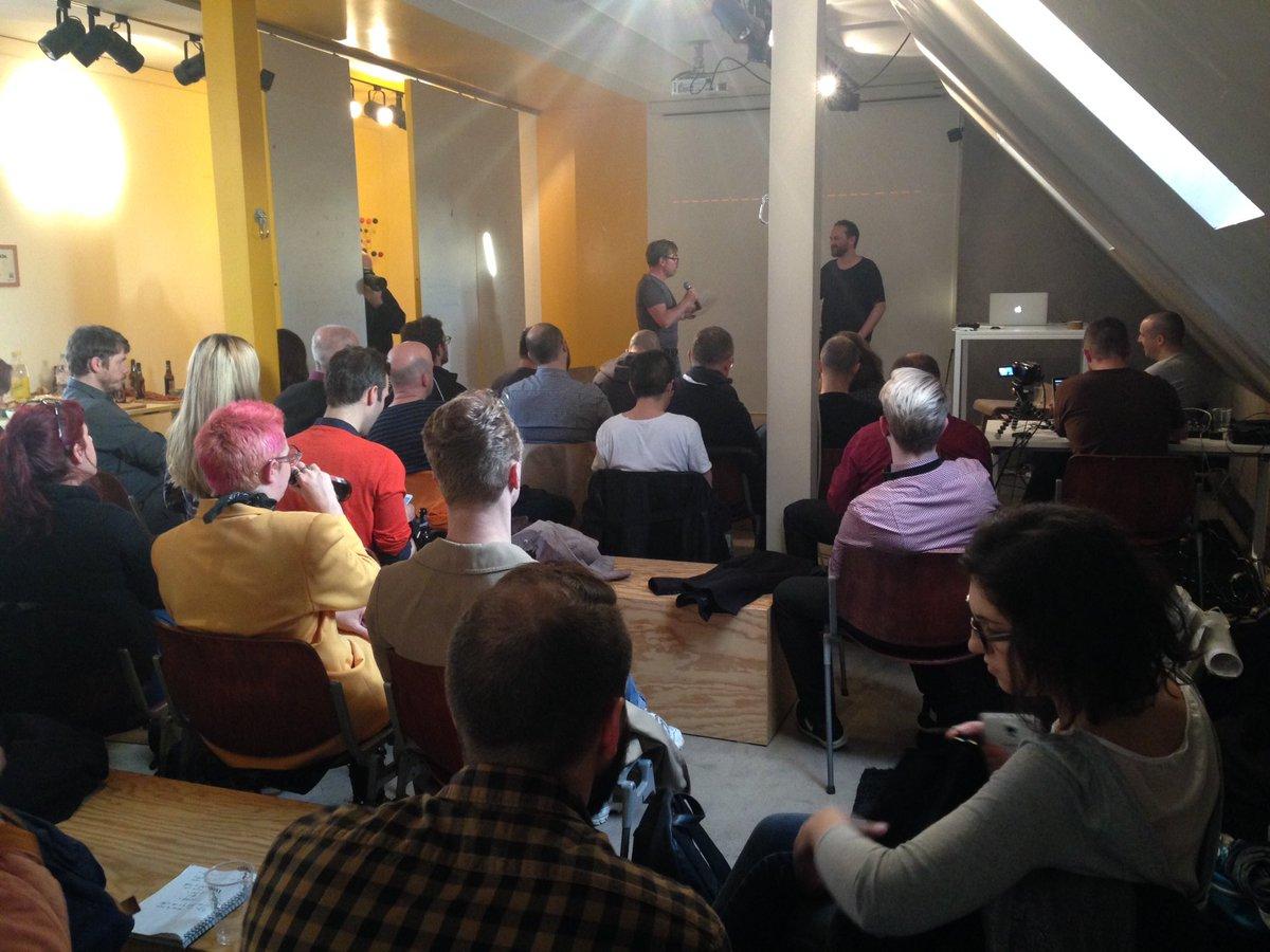 Salle comble pour la 10eme #CreativeDrinkUp ! On parle jeu avec le temps via le #timelapse et le #slowmotion avec @David_Coiffier<br>http://pic.twitter.com/6jcGGA1gG4