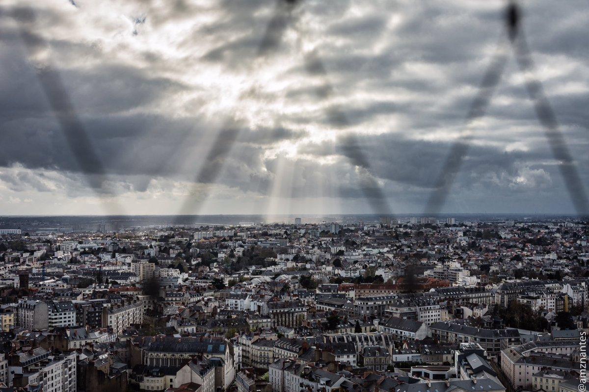 #Nantes dans les rues - lumière depuis la #TourBretagne -  https:// instagram.com/p/BSJejMNA971/     #MagnifiqueFrancepic.twitter.com/duq3Stm4Vt