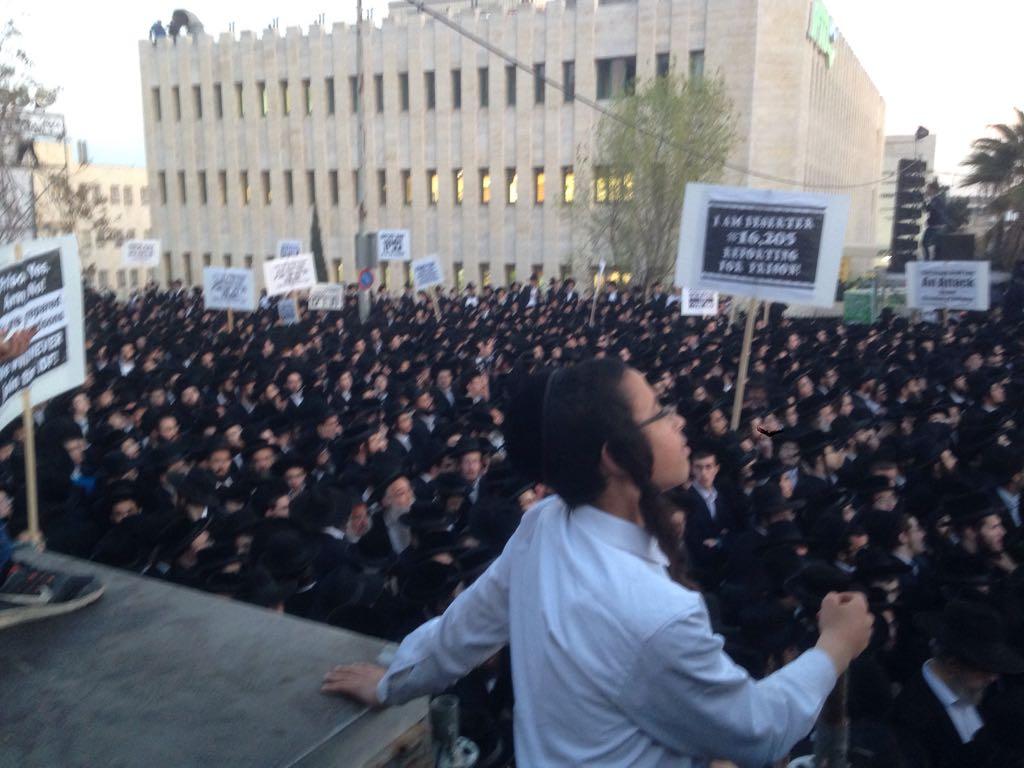 #JERUSALEM : des milliers de juifs ultra-orthodoxes manifestent contre l&#39;armée ►► http://www. i24news.tv/fr/actu/israel /politique/141321-170328-des-milliers-de-manifestants-juifs-ultra-orthodoxes-manifestent-contre-l-armee &nbsp; …  <br>http://pic.twitter.com/gpxtzSWugt
