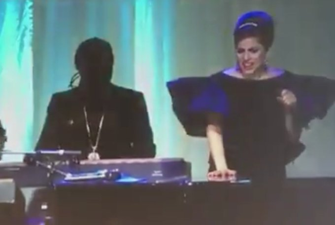 Stevie Wonder and Lady Gaga Sangin\