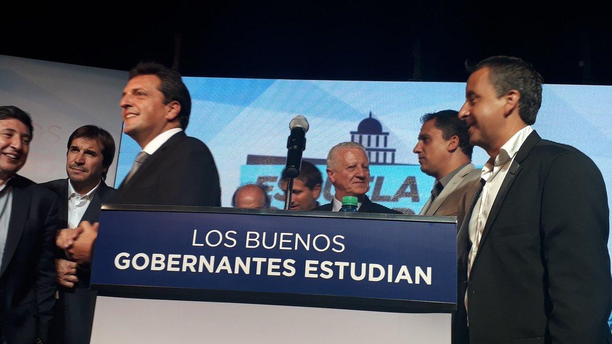 Orgulloso de presentar junto a @SergioMassa la Escuela de Gobierno del #FrenteRenovador #MarDelPlata. Gran paso hacia el futuro #VamosPorMas<br>http://pic.twitter.com/t7KFxhy85D