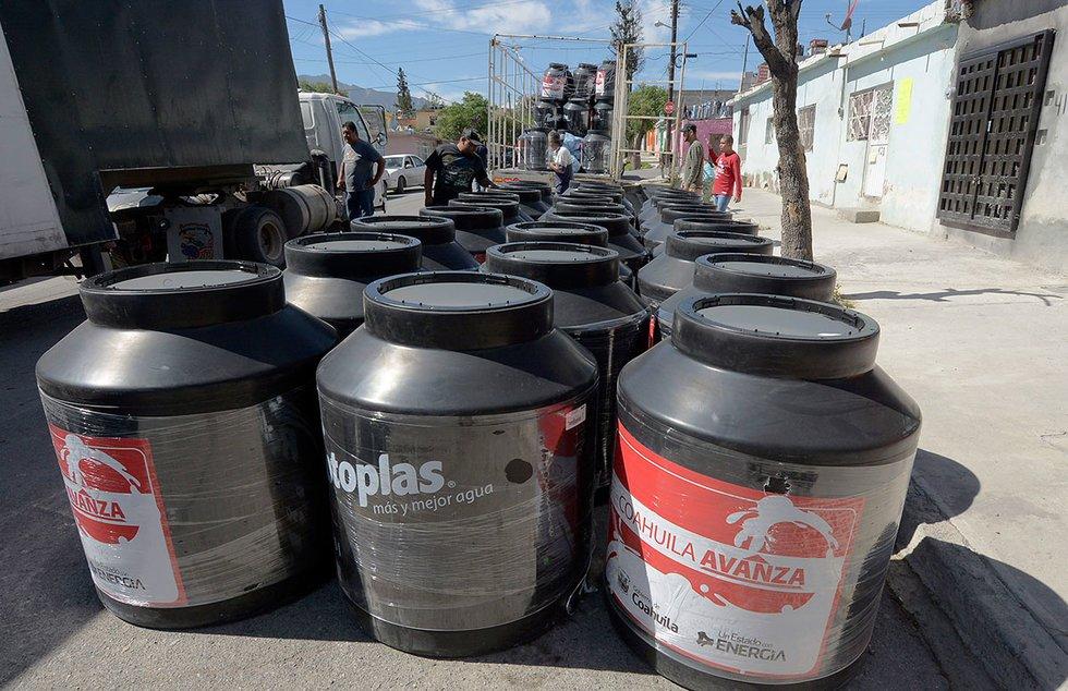 Entregan más de 90 tinacos en la colonia Centenario de #Saltillo https...