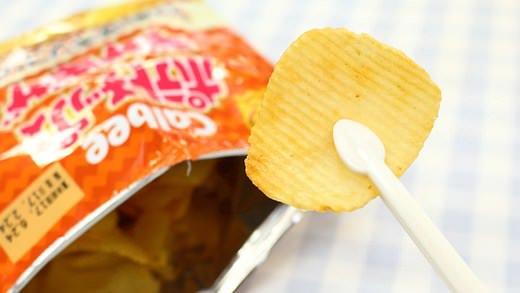 @tri_equal_ お菓子用のトング🙌100均のポテチ用トングをレビュー--手が汚れず、奥まで取れて、袋も閉じれる機能性が魅力   @enuchijpより
