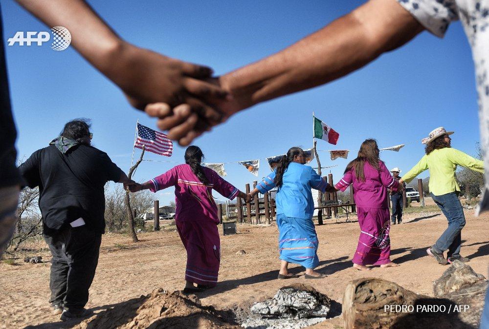 Une tribu amérindienne contre le mur de Trump à la frontière entre le #Mexique et les #EtatsUnis #afp  http:// u.afp.com/4gyX  &nbsp;  <br>http://pic.twitter.com/jTdse6Gnu7