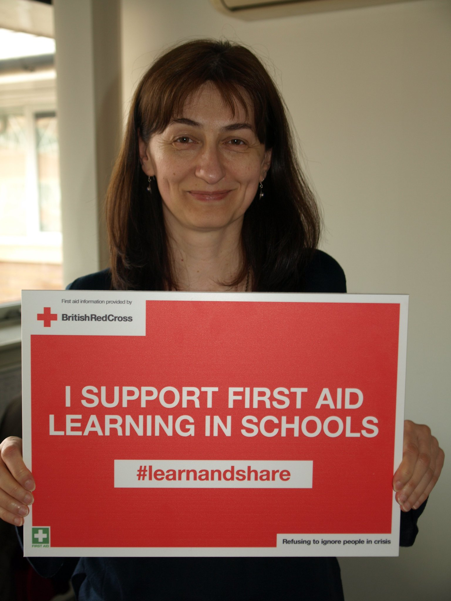 Stanislava Sofrenic supports first aid learning in schools in Wales. #lifesavingskills are essential so  #learnandshare with @RedCrossWales https://t.co/lP2VuNsapB