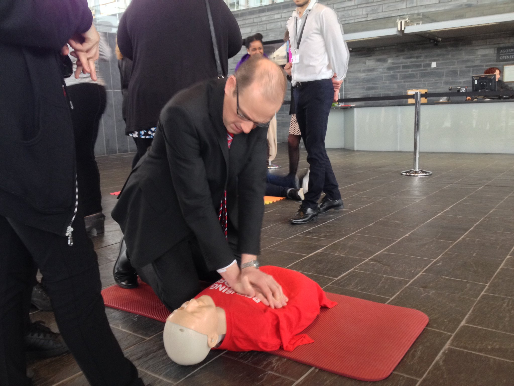 Llyr Gruffydd with @CardiffYC volunteers at the @BritishRedCross Senedd first aid event. #LearnAndShare https://t.co/e6tijPNHKD