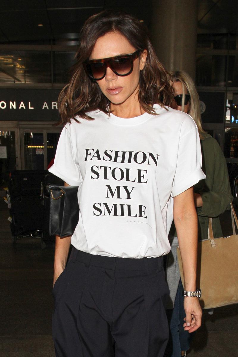Le tee-shirt qui prouve que @victoriabeckham a le sens de l&#39;autodérision #actu #mode #insolite &gt;&gt;  http:// bit.ly/2niVq06  &nbsp;  <br>http://pic.twitter.com/4j7PZRooNG