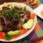 RT @mayn_tw: 鰹のタタキサラダ!肉の日だったけど、生魚が食べたくなり、スタミナ満点のカツ...