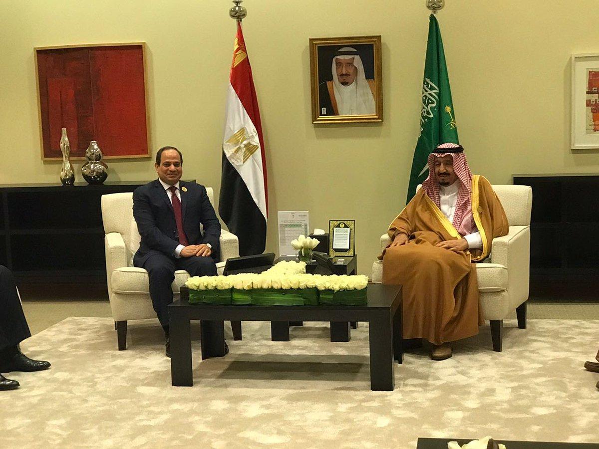 أول صورة للقاء #الملك_سلمان والرئيس #السيسي في #القمة_العربية https://...